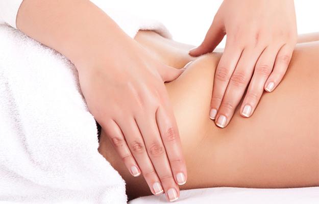 Mulher recebendo massagem modeladora na barriga
