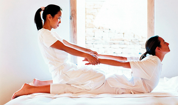 Mulher recebendo massagem tailandesa