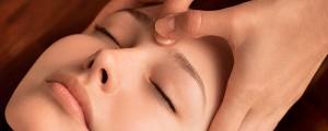 Mulher recebendo Champi - Massagem na Cabeça
