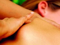 Mulher recebendo massagem com creme