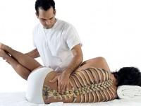 Homem recebendo sessão de quiropraxia