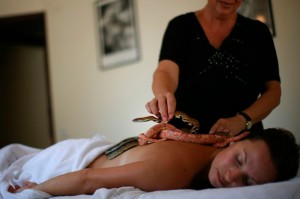 Ada Barak fazendo massagem com cobras