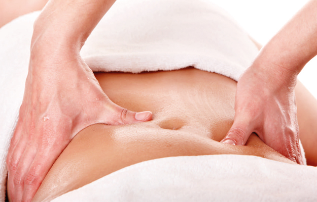 Massagem modeladora na barriga