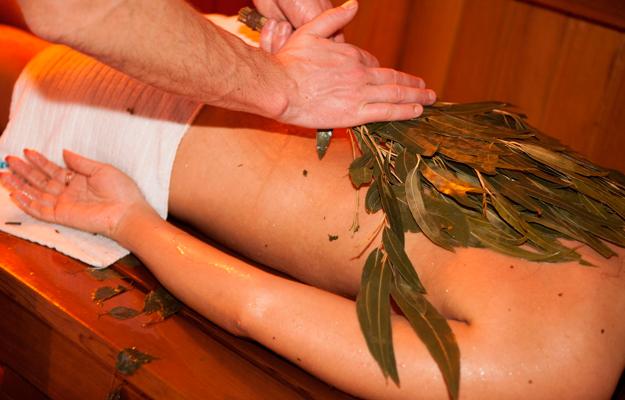 Mulher recebendo massagem russa