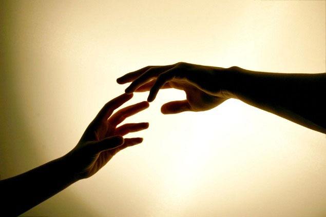 mãos se tocando com energia ki