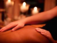 Terapeuta fazendo massagem nas costas