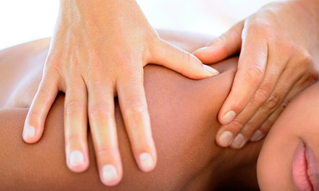 Mulher recebendo massagem integrativa