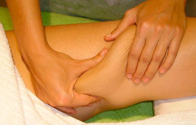 Massagem modeladora na perna