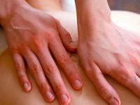 Pessoa recebendo massagem nas costas