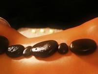 Para que serve a massagem com pedras quentes