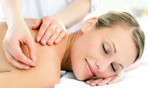 mulher recebendo uma sessão de acupuntura