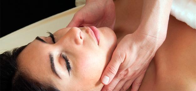 Mulher recebendo drenagem linfática
